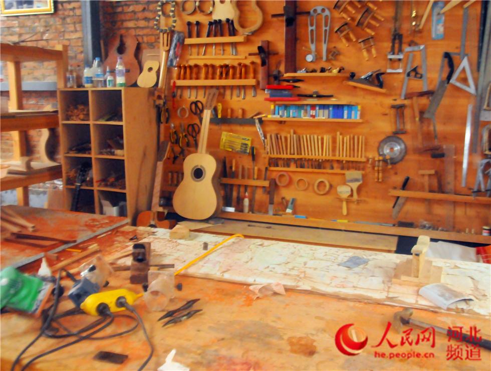 周窝音乐小镇里的吉他制作工坊