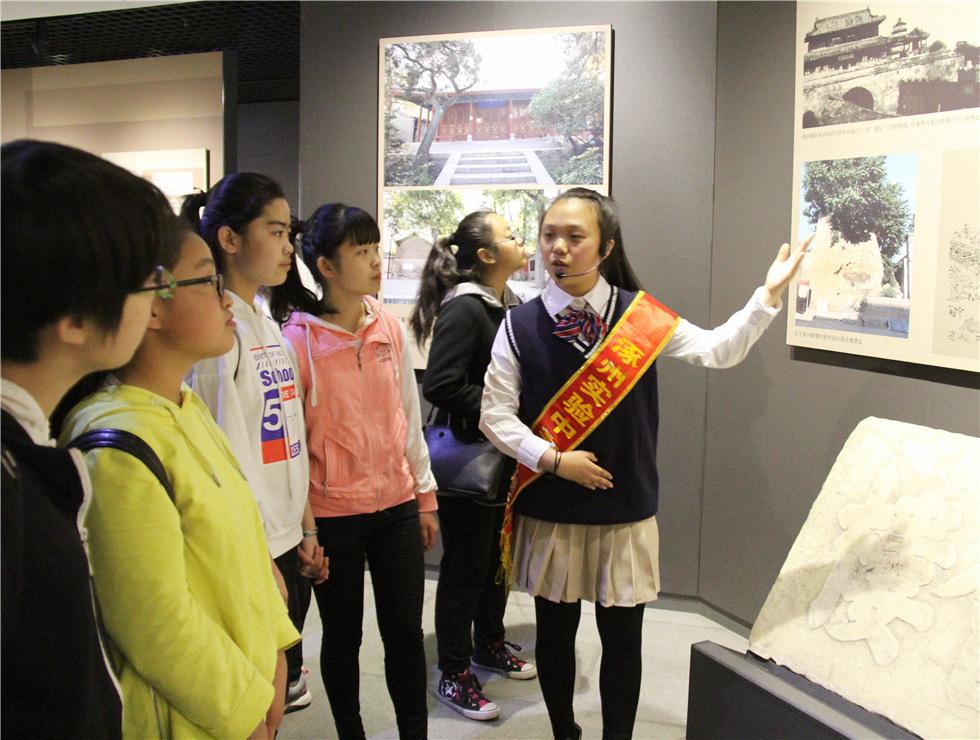 """来自涿州市实验中学的""""小小讲解员""""在市博物馆为参观师生讲解家乡文化"""