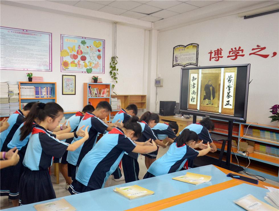 涿州市西丁小学学生在国学课堂行拜师礼
