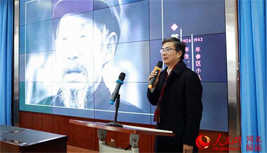 唐山公益摄影团团长戚辉在唐山市第十二中学作宣讲