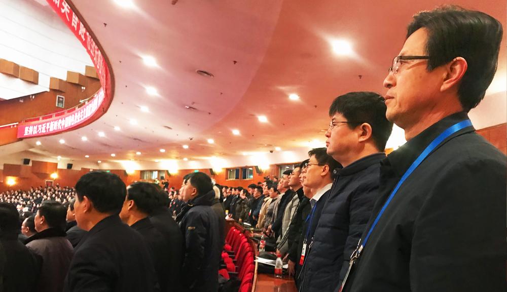 河北省政协十二届一次会议开幕。全体起立,奏唱国歌。