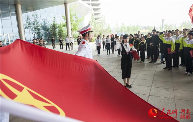 秦皇岛开发区组织学生举行集体入团仪式