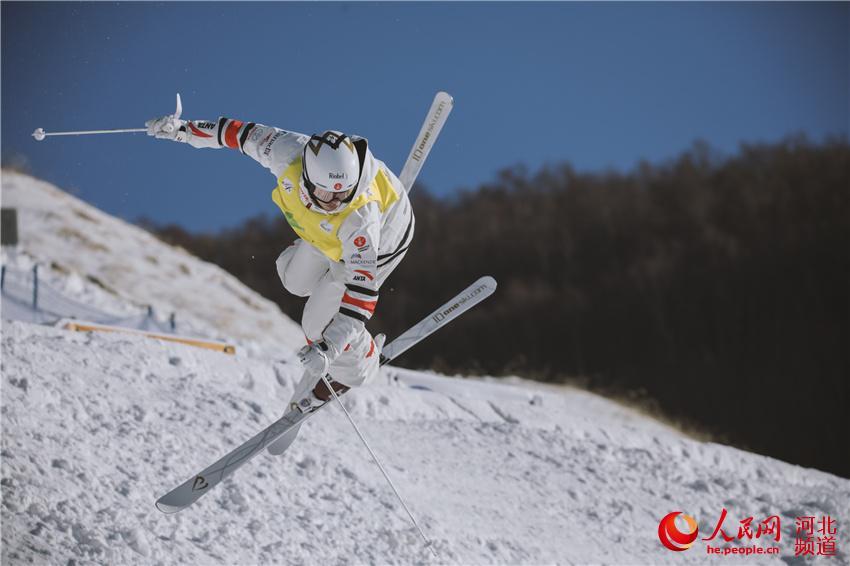 图为2019-2020国际雪联自由式滑雪雪上技巧世界杯在张家口崇礼举办。 王钉 摄