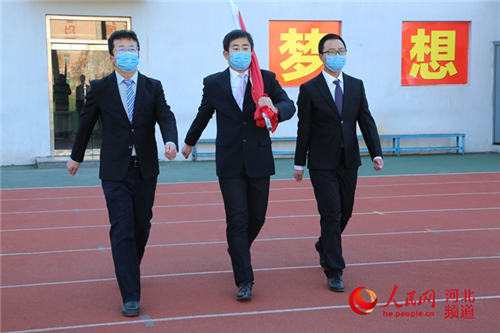衡水二中舉行網絡升旗儀式為武漢
